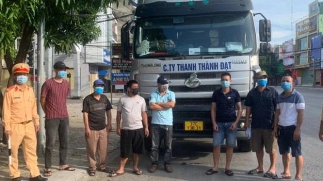"""Nghệ An: """"Chặn đứng"""" xe đầu kéo có dòng chữ """"C.Ty Thanh Thành Đạt"""" chở 6 người trên cabin """"thông chốt"""" ra ngoài TP. Vinh"""