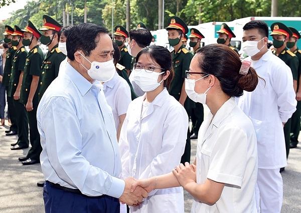 Thủ tướng Phạm Minh Chính động viên đội ngũ y bác sĩ tại lễ phát động chiến dịch tiêm chủng vaccine phòng chống COVID-19 trên toàn quốc