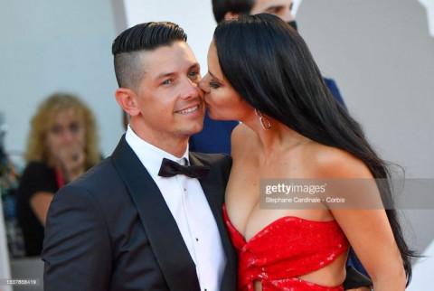 """LHP Venice 2021: Những cặp sao """"gặp là hôn"""" trên thảm đỏ"""