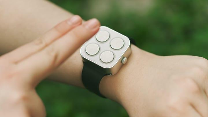 Đồng hồ thông minh chữ nổi của Paradox Computing cho biết thời gian và ngày tháng bằng xúc giác rung cho người khiếm thị.
