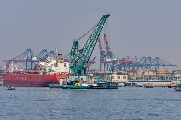 Cảng Karachi nằm ở Karachi (Pakistan) là một trong những vùng nước sâu lớn nhất và bận rộn nhất của Nam Á; xử lý khoảng 60% hàng hóa của quốc gia (25 triệu tấn mỗi năm)