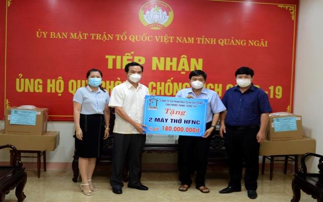 Đại diện Uỷ ban MTTQ tỉnh Quảng Ngãi tiếp nhận 02 máy thở oxy lưu lượng cao