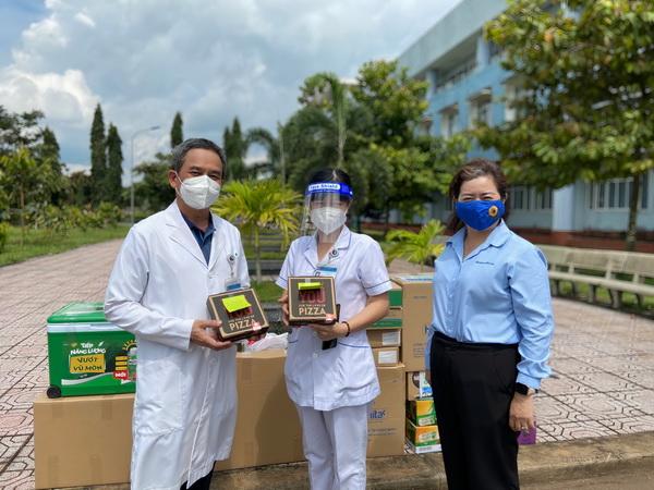 Chị Nguyễn Thanh Hiền – Phó Bí thư thường trực Tỉnh đoàn Đồng Nai trao Pizza cho Bác sĩ Bệnh viện dã chiến số 1
