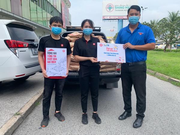 Pizza Hut phối hợp cùng Tỉnh đoàn Đồng Nai vận chuyển bột đến các bếp ăn tình thương.