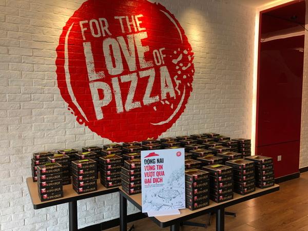 Mỗi ngày 300 chiếc Pizza được lực lượng thanh niên tình nguyện vận chuyển đến các chốt trực, bệnh viện, khu cách ly.