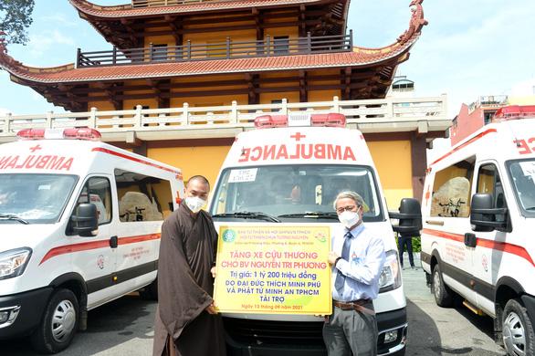Đại đức Thích Minh Phú - trụ trì chùa Tường Nguyên - trao xe cho Bệnh viện Nguyễn Tri Phương