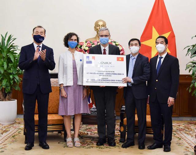 Đại diện lãnh đạo Bộ Y tế, Bộ Ngoại giao tiếp nhận tượng trưng lô vaccine COVID-19 sáng 14/9 (Ảnh: Báo Thế giới và Việt Nam)
