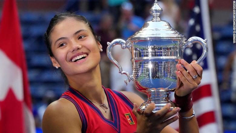 Emma Raducanu ăn mừng chiến thắng