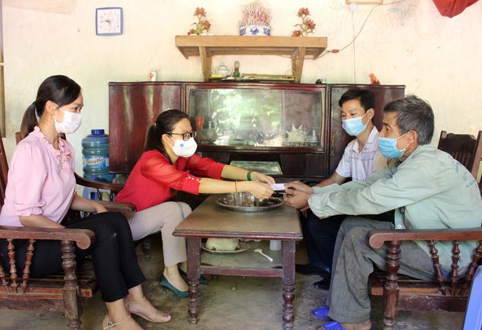 Cán bộ BHXH huyện Thanh Thủy trao tặng thẻ BHYT cho ông Nguyễn Văn Hảo - hộ cận nghèo ở khu 2, xã Thạch Đồng, huyện Thanh Thủy