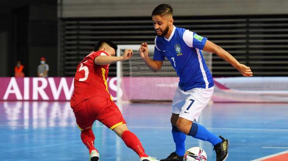 Các cầu thủ futsal Việt Nam có trận cầu nỗ lực trước Brazil