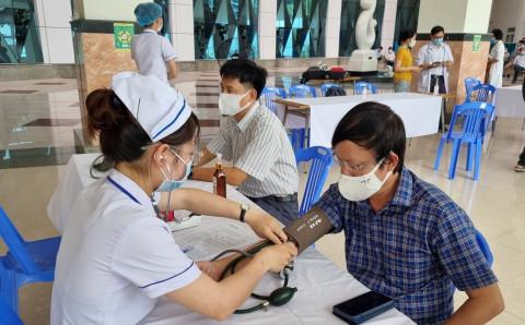 Bộ Y tế cho địa phương 'tự quyết định' việc rút ngắn khoảng cách 2 mũi tiêm vắc xin