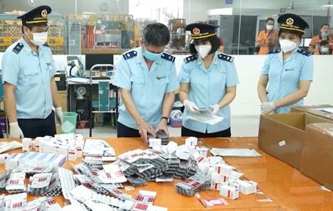 Lật tẩy lô thuốc điều trị Covid-19 đội lốt quà tặng thực phẩm