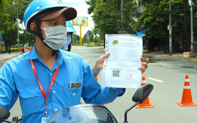 Người điều khiển phương tiện cần xuất trình các loại giấy tờ gồm có: Giấy xét nghiệm COVID-19 còn hiệu lực, Giấy phép lái xe đối với người điều khiển phương tiện, Căn cước công dân hoặc Chứng minh thư còn hiệu lực sẽ được thông chốt soát dịch