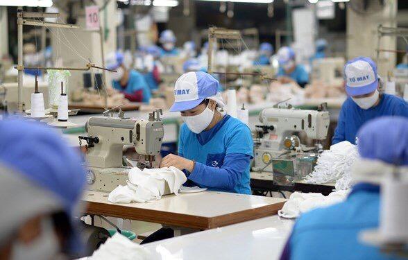Tiêm vaccine sớm cho người lao động vẫn là giải pháp căn cơ giúp doanh nghiệp sớm mở cửa sản xuất.