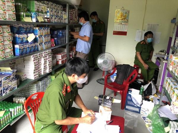 Lực lượng chức năng lập biên bản thu giữ các mặt hàng tại kho của Công ty TNHH Nhân Đức Pharma