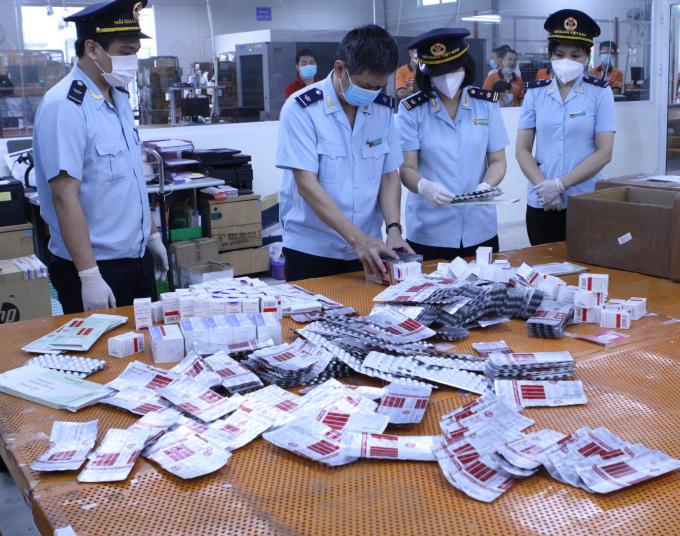 lực lượng Hải quan thu giữ hơn 60.000 viên thuốc được dùng trong điều trị Covid-19 như: Favipiravir Tablets 200 mg; Fabiflu 400 mg; Baricitinib; Molnupiravir Capsules..