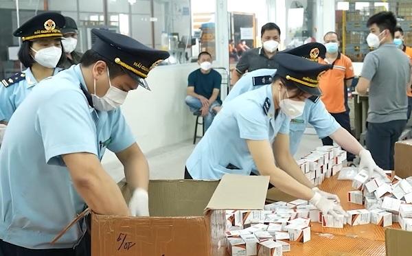 Đội Kiểm soát chống buôn lậu khu vực miền Bắc thực hiện bóc gỡ, kiểm tra các kiện hàng