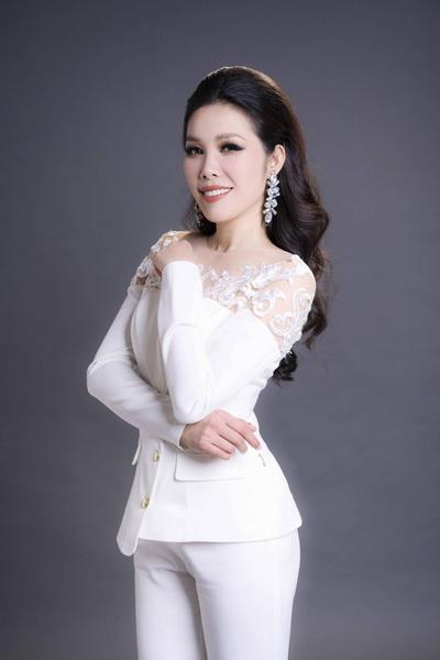 Bà Nguyễn Thụy Oanh- Nhà sáng lập kiêm Chủ tịch HĐQT Công ty CP Mật ong Bồ Đề Hoa với sản phẩm mật ông Bồ Đề được nhiều hội viên ưa chuộng và tiêu dùng.