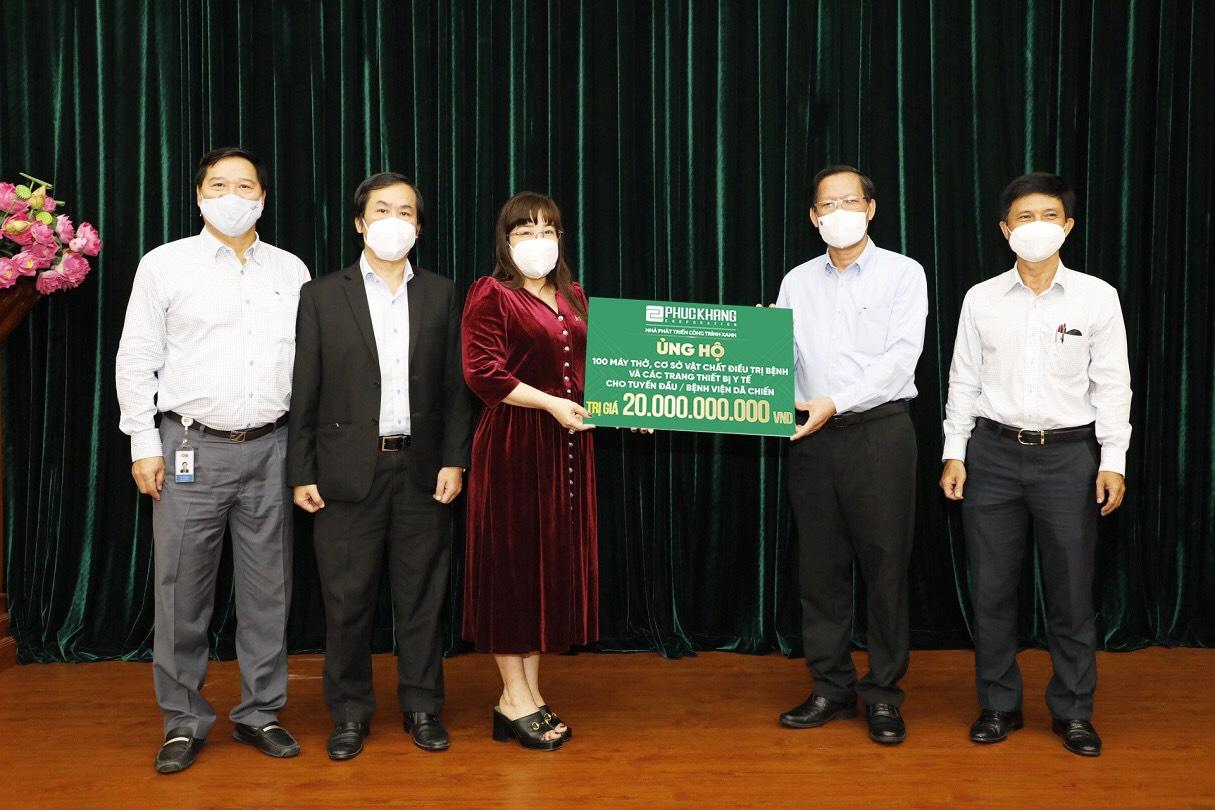 Bà Lưu Thị Thanh Mẫu - Tổng giám đốc Phúc Khang trao bảng tượng trưng ủng hộ 20 tỷ đồng cho ông Phan Văn Mãi - Chủ tịch UBND TP.HCM, chung tay cùng Thành phố chống dịch