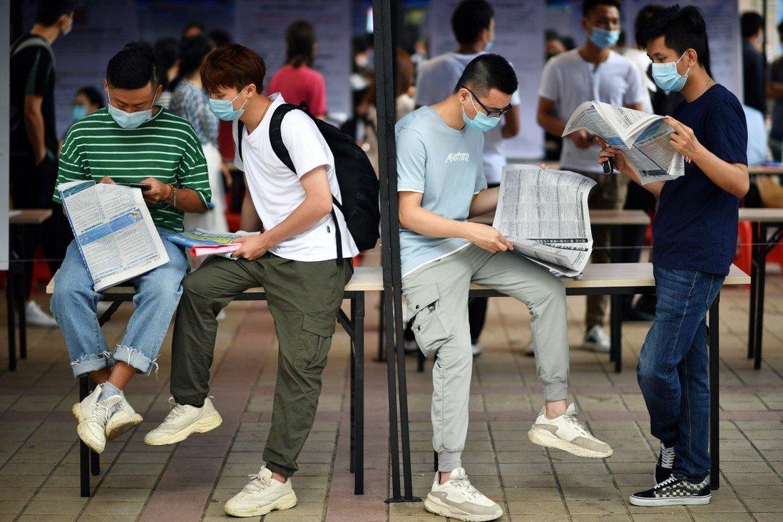 Tìm việc trên các trang báo dường như trở thành thói quen của nhiều người trẻ tại Trung Quốc