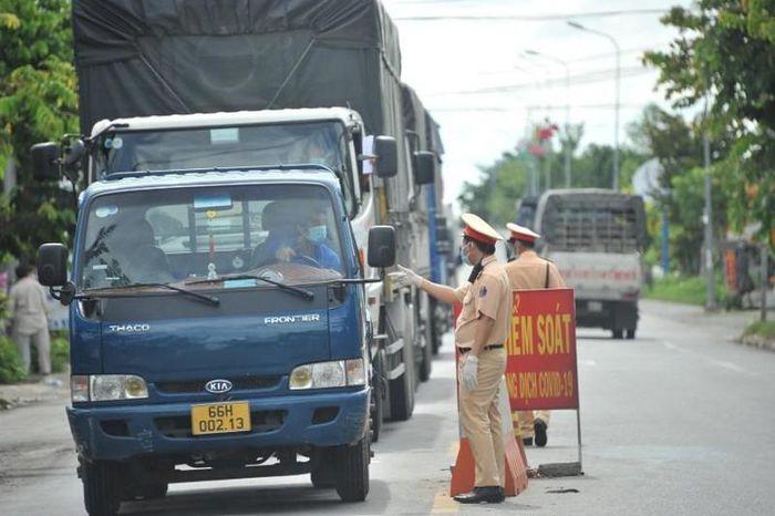 Lực lượng Cảnh sát giao thông Đồng Tháp kiểm soát các phương tiện vận tải hàng hóa qua địa bàn tỉnh. Ảnh: CAĐT