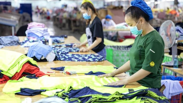 Công nhân gấp quần áo tại nhà máy may Thái Sơn S.P., tỉnh Bình Thuận, Việt Nam.