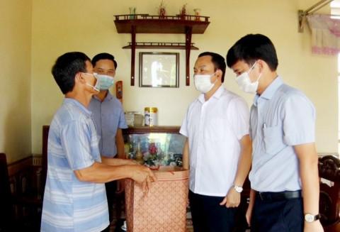 Lãnh đạo huyện Cẩm Khê (Phú Thọ) thăm hỏi, tặng quà các gia đình cán bộ y tế đang tham gia hỗ trợ chống dịch COVID-19 tại các tỉnh ngoài