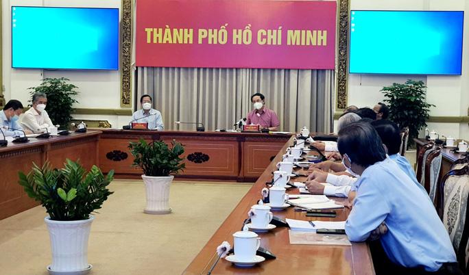 Bí thư Thành uỷ TP HCM Nguyễn Văn Nên trao đổi với các chuyên gia vào ngày 17-9
