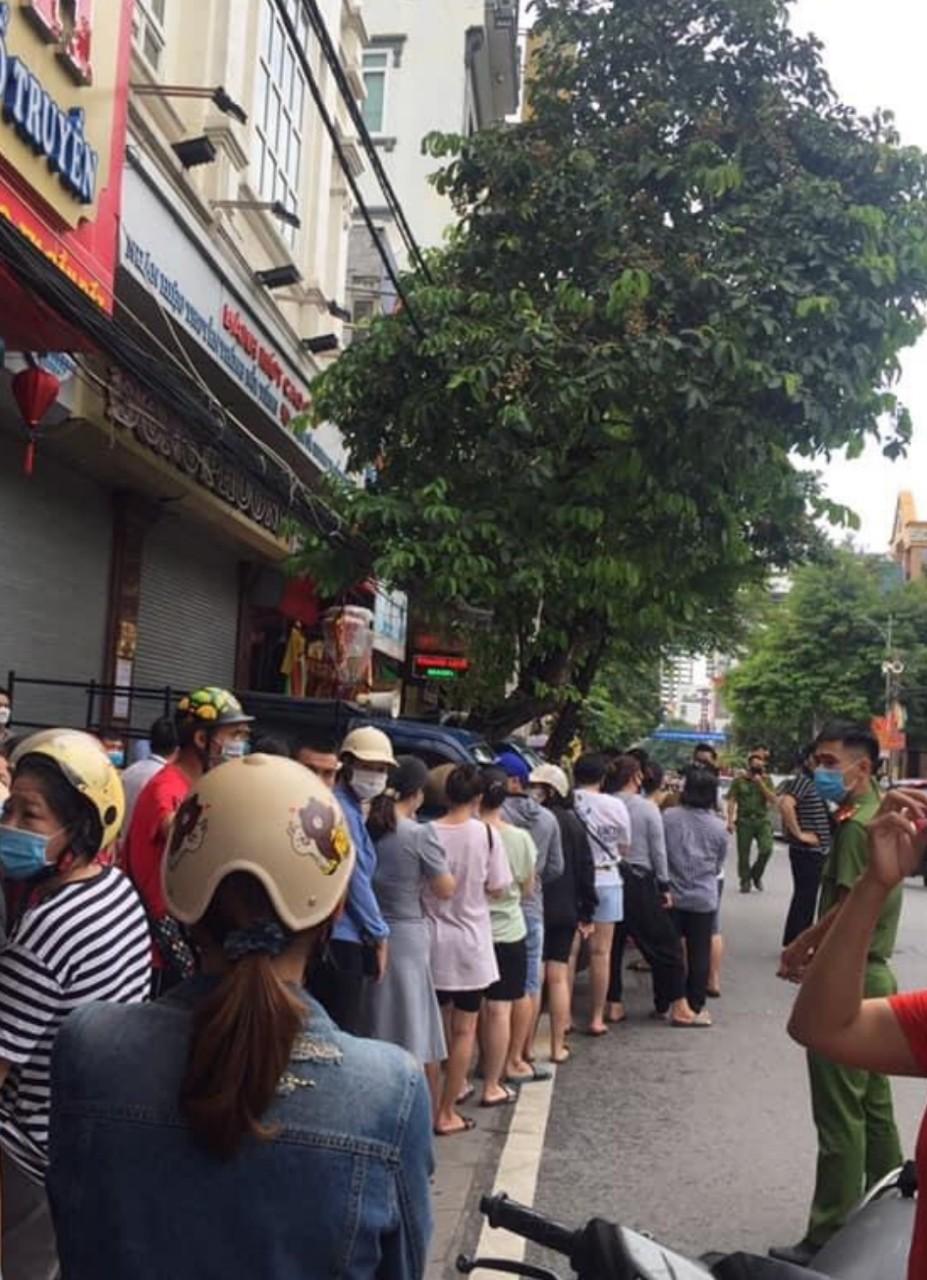 """Bao ngày nay, hàng loạt người dân và DN xếp hàng tuân thủ nguyên tắc 5K chờ mua bánh Đông Phương nhưng cửa hàng thì luôn phải treo biển """"Hết"""