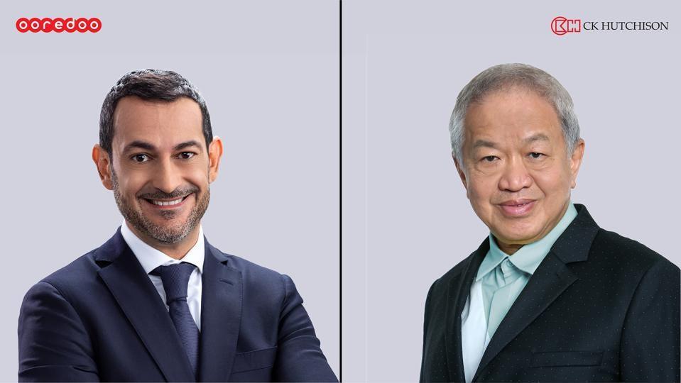 Aziz Aluthman Fakhroo (trái), giám đốc điều hành của Tập đoàn Ooredoo, và Canning Fok, CK Hutchison's đồng giám đốc điều hành