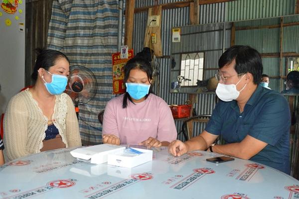 Em Nguyễn Thị Minh Thư nhận máy tính bảng từ Bí thư Tỉnh uỷ Đồng Tháp. (Ảnh: Nhựt An )
