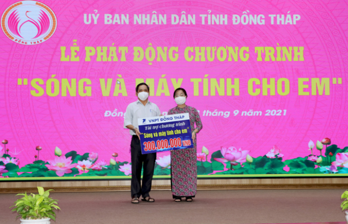 Dịp này, VNPT Đồng Tháp đã hỗ trợ 300 triệu đồng và cán bộ, nhân viên VNPT Đồng Tháp sẽ hưởng ứng ủng hộ từ một đến ba ngày lương. (Ảnh: Cổng TTĐT Đồng Tháp)