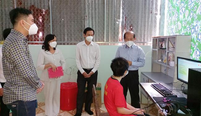 Phó Chủ tịch UBND tỉnh Đồng Tháp Đoàn Tấn Bửu thăm hỏi em Nguyễn Minh Trí. (Ảnh: Văn Khương).
