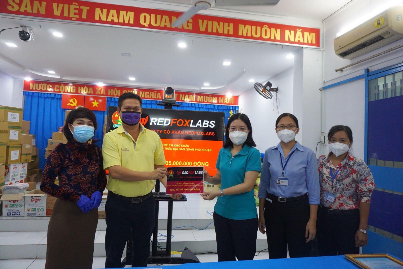 Đại diện Nhà tài trợ trao quà hỗ trợ 7 trẻ em mồ côi cha hoặc mẹ vì COVID-19 tại Quận Phú Nhận, TP.HCM