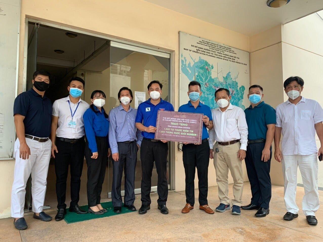 Ông Nguyễn Quốc Bảo Chủ tịch VREC & HREC, trao tặng bảng tượng trưng 1.000