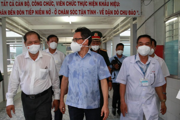 Phó Thủ tướng Vũ Đức Đam kiểm tra phân khu điều trị bệnh nhân COVID-19 tại Trung tâm y tế huyện Càng Long