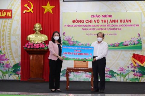 Phó Chủ tịch nước Võ Thị Ánh Xuân: Thăm, tặng quà và thiết bị y tế tại Đồng Tháp và An Giang