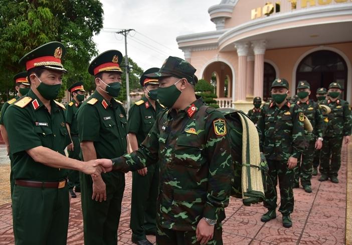 Thủ trưởng Bộ Tư lệnh Quân khu 9 động viên các thầy thuốc quân y lên đường chống dịch tại Kiên Giang