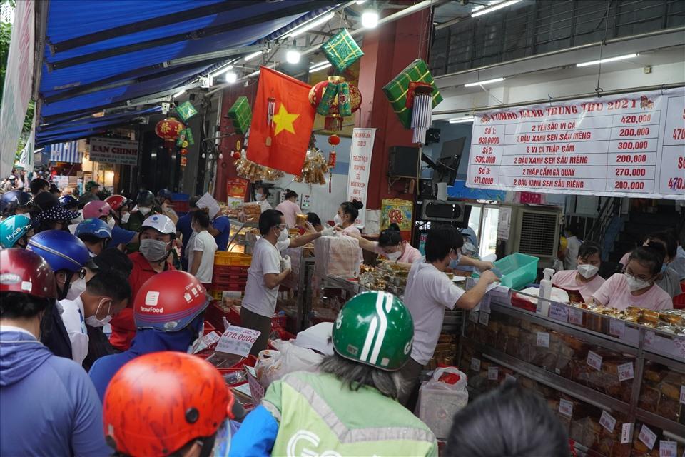 Tình trạng đông người tập trung mua bánh trung thu ở TP.HCM