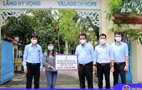 Tổng Công ty Điện lực miền Trung tặng quà các em tại làng Hy Vọng