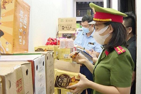 Lực lượng chức năng kiểm tra số hàng và phát hiện nhiều mặt hàng không rõ nguồn gốc xuất xứ