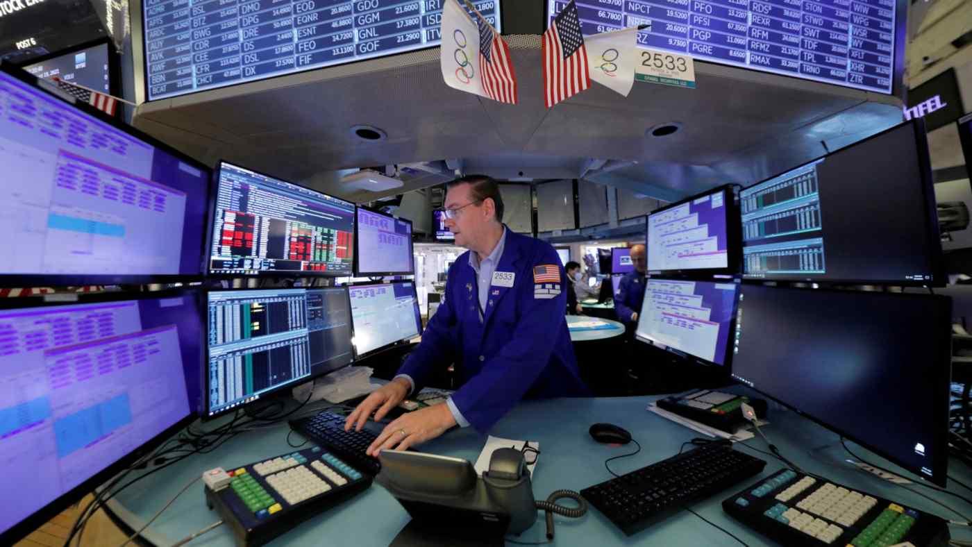 Một nhà giao dịch làm việc tại Sở giao dịch chứng khoán New York. © Reuters