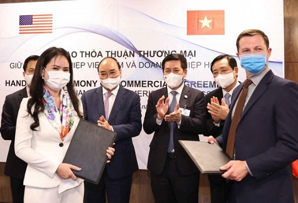 Bà Nguyễn Thị Thanh Bình, Phó Tổng giám đốc T&T Group và ông Ryan Legrand, Chủ tịch, Giám đốc điều hành Hội đồng ngũ cốc Hoa Kỳ trao đổi hợp đồng về nhập khẩu nguyên liệu thức ăn chăn nuôi