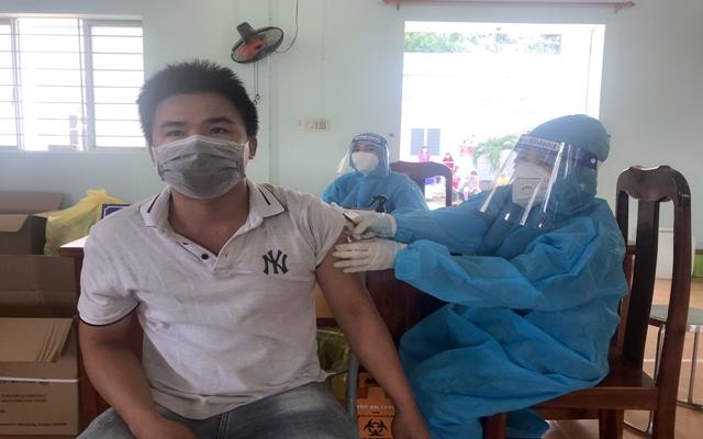 Huy động toàn người dân ra khám sàng lọc và tiêm vắc xin, điều trị tại nhà, tại trạm y tế lưu động, thực hiện nghiêm 5K