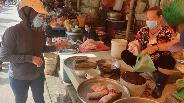 Điều kiện bắt buộc để đi chợ là phải có Thẻ xanh COVID