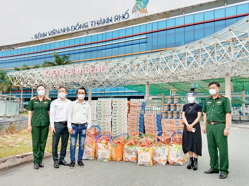 Hàng nghìn món quà dinh dưỡng được đại diện Nutifood trao tặng cho Bệnh viện Quân Y 175 và Bệnh viện Nhi đồng Thành phố