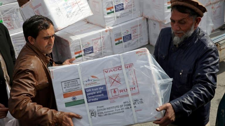 Các công nhân từ Bộ Y tế Afghanistan dỡ các hộp Covishield, một loại vắc-xin do chính phủ Ấn Độ tặng, ở Kabul, Afghanistan, vào ngày 7 tháng 2 năm 2021. © Reuters