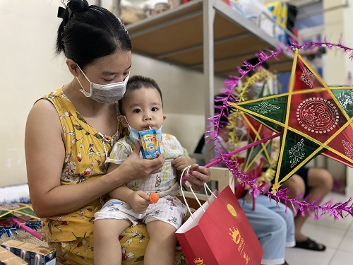 Quà tặng Trung thu của Nutifood được trao đến các bé thiếu nhi, góp phần cung cấp dinh dưỡng, tăng cường đề kháng, giúp các em mau khỏi bệnh