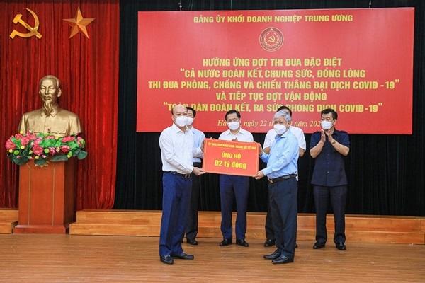 Chủ tịch UBTW MTTQ Việt Nam Đỗ Văn Chiến tiếp nhận sự ủng hộ từ Tập đoàn công nghiệp Than - Khoáng sản Việt Nam