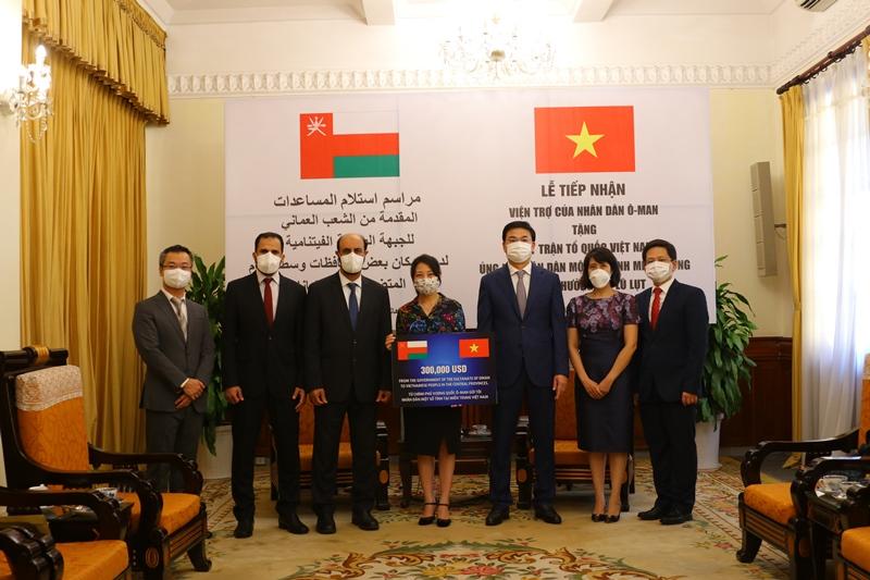 Lễ tiếp nhận khoản hỗ trợ trị giá 300.000 USD của Vương quốc Oman ủng hộ nhân dân các tỉnh miền Trung